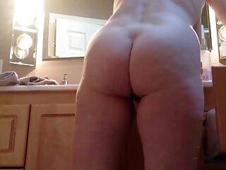 La chica le da un puñetazo buscar películas pornográficas en el ano a una bella amiga