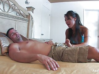 Adolescente puta se pajea ante película de incestos la cámara